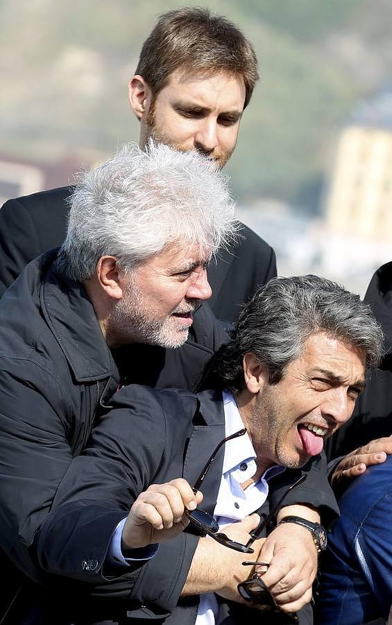 Pedro Almodóvar, posa junto al realizador Damián Szifrón (c, detrás), y al actor, Ricardo Darín (d), tras presentar su película «Relatos salvajes»,