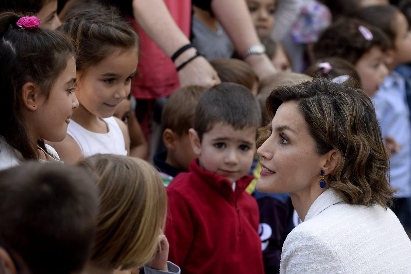 La Reina saluda a un grupo de niños a su llegada al Colegio «Marqués de Santillana»