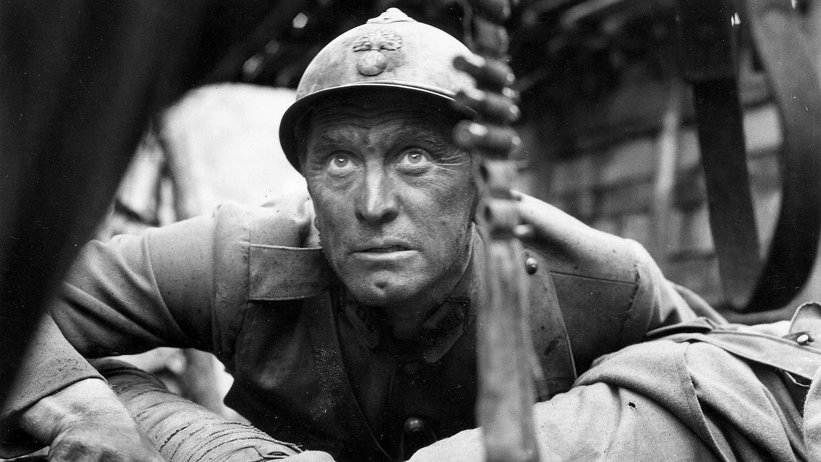 Stanley Kubrick eligió a Douglas para dar vida al coronel francés Dax en «Senderos de gloria», una película antibelicista basada en el libro de Humphrey Cobb. En ella interpretaba al único alto mando del ejército que mostraba un poco de humanidad