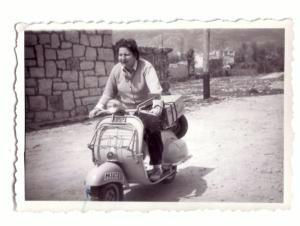 Arriba, Gloria Fuertes, en 1958, a lomos de una indómita vespa. Sobre estas líneas, uno de los poemas que Gloria le escribió a Carlos Edmundo, en el año 1943