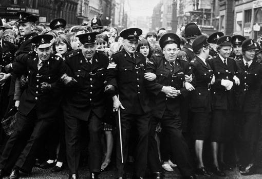 La policía intenta retener a las seguidoras de Los Beatles